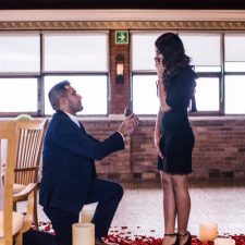 De rodillas te pido que te cases conmigo