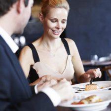 Comprobado, las mujeres aceptan citas por la comida gratis.