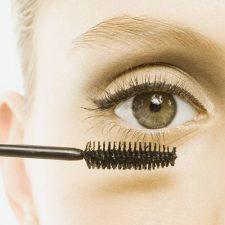 Maquillarse las pestañas tiene su ciencia