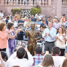 Develan estatua de Mauricio Garcés, orgullo tampiqueño