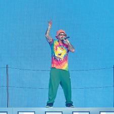 JBalvin Convierte el escenario en un carnaval
